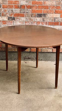 Mid-century Modern Dining Table , Vintage Lane Furniture Round Table Comes With Leaf, So It Can Be Oval for Sale in Everett,  WA