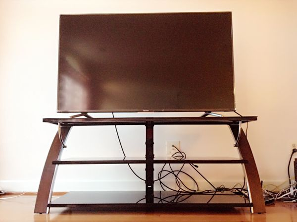 Hisense 55 4K ultra HD smart TV and TV stander