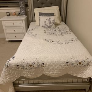 Beautiful Comfortable Button Bed! for Sale in Beaverton, OR