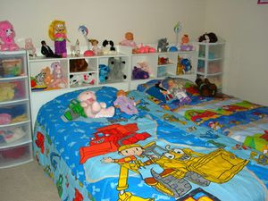 Kids bedroom set 2 twin mattresses on wood frame with drawers for Sale in VERNON ROCKVL, CT