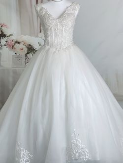 Ivory V-neck Besding Ballgown Wedding Dress, Size 4-6 for Sale in Fort Lauderdale,  FL