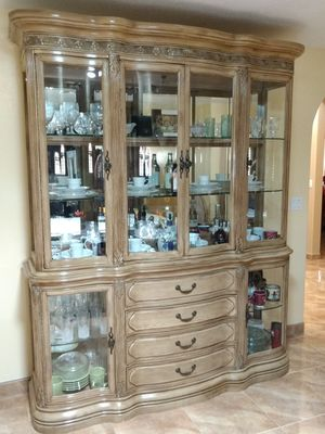 Dinning room table and hutch for Sale in Chandler, AZ