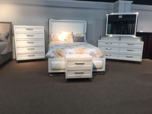 New floor showroom sample, Queen size bedroom set manufactured by Avalon furnitures for Sale in Durham, NC
