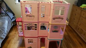 Barbie house with lots of barbies and clothes asking $175.. over $250 worth of things. for Sale in Nashville, TN