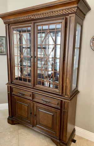 Beautiful Fairmont China Cabinet with Touch Lighting ( FREE DELIVERY 🚚) GREAT CONDITION for Sale in Las Vegas, NV