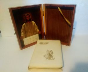 1974 The Authorized King James Holy Bible Memorial Edition/Cedar Wooden Box for Sale in St. Louis, MO