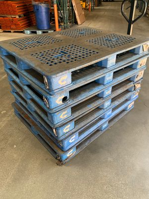 6 plastic pallets for Sale in Carlsbad, CA