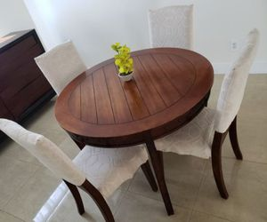 Round dining table for Sale in Pompano Beach, FL