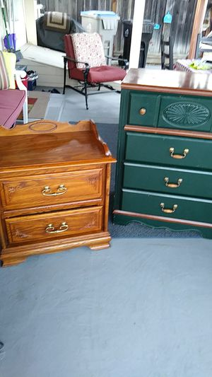 Beautiful end table and great looking chest of 4 drawers for Sale in San Jose, CA