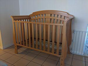 Convertible crib natural color for Sale in Miami, FL