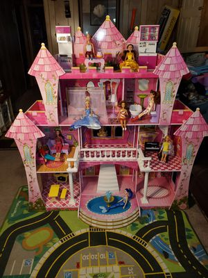 Princess 👸 castle doll house for Sale in Everett, WA