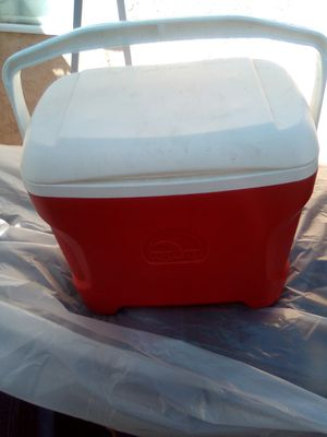 Coleman medium sized ice chest for Sale in Moreno Valley, CA