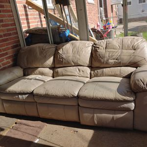 Pending...FREE Couch for Sale in Redford Charter Township, MI