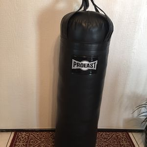 PUNCHING BAG BRAND NEW 70 POUNDS FILLED LUXURY for Sale in Fontana, CA