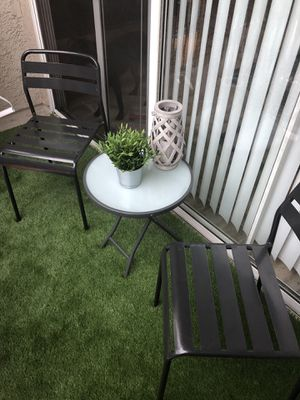 Patio furniture chairs and table for Sale in Los Angeles, CA