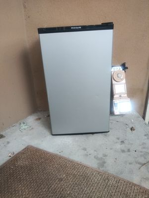 Frigidaire Mini refrigerator for Sale in The Bronx, NY