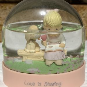 1991 PRECIOUS MOMENTS -LOVE IS SHARING -WATER GLOBE for Sale in Pompano Beach, FL