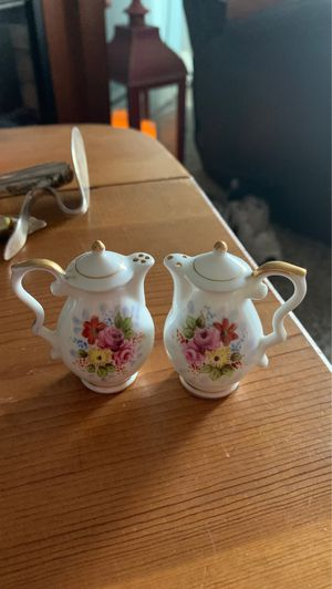 Antique teapot salt and pepper shakers adorable for Sale in Wyoming, MI