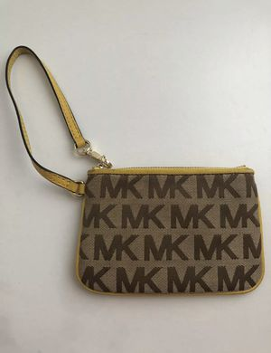 Michael kors jet set signature yellow wristlet for Sale in Las Vegas, NV