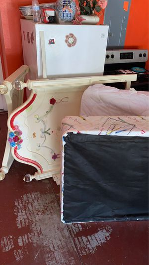 Bed Set and Dresser for Sale in Kissimmee, FL