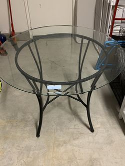 Large Glass Dining Table In great Condition for Sale in Menifee,  CA