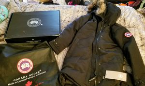 Canada Goose Shelburne Parka womens jacket w/fur hoodie for Sale in Brockton, MA