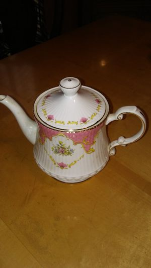 """POTT CHATSWORTH """"ELIZABETHAN"""" FINE BONE CHINA TEAPOT FROM ENGLAND. MUST PICK UP PLEASE. THANK YOU!! for Sale in Baltimore, MD"""