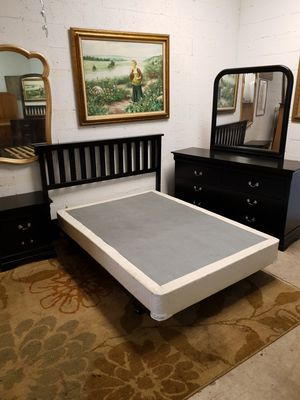 Full size bedroom set black wood in excellent condition for Sale in Lauderhill, FL