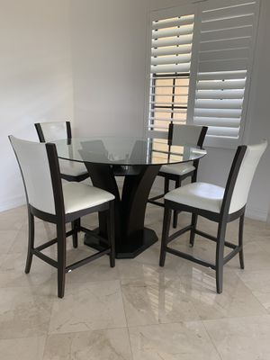 Round breakfast table with six chairs for Sale in Pembroke Pines, FL
