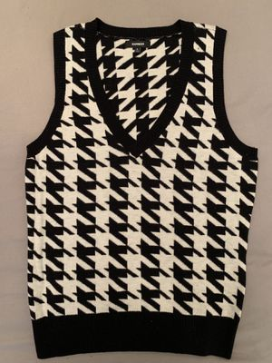 EXPRESS NWOT HOUNDSTOOTH BLACK AND WHITE WOMEN'S SWEATER VEST SIZE L for Sale in Atlanta, GA