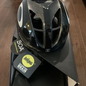 Oakley Aro5 Bike Helmet MIPS - New - Medium for Sale in Queens, NY