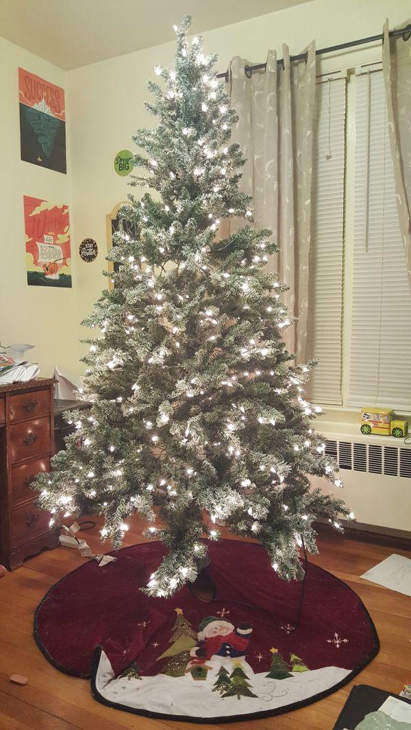 HUGE TREE, LOTS OF FREEBIES!