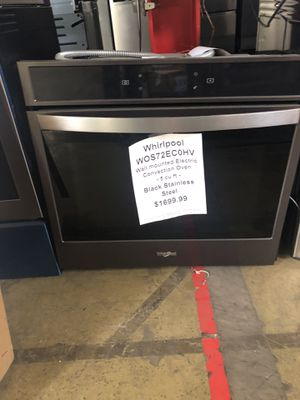 Whirlpool single in wall oven with manufacturers warranty for Sale in New Lenox, IL
