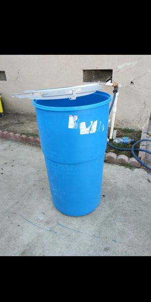 25 Gallon plastic drum with lid in semi-new condition $$20 Obo for Sale in La Verne, CA