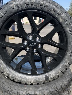 "SET OF FOUR 22"" CHEVY GMC WHEELS AND RT TIRES for Sale in Visalia,  CA"