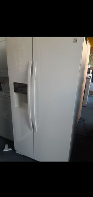 Kenmore Side By Side White Refrigerador for Sale in Riverside, CA
