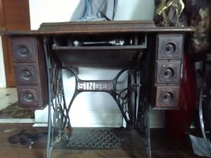 Singer antique vintage sewing machine in cabinet. Pre 1933. for Sale in Sedgwick, AR