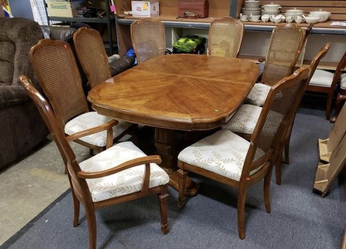 Beautiful Dining Set - Delivery Available for Sale in Parkland,  WA