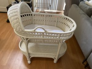 ($150) pottery barn Basinet with wheels for Sale in Torrance, CA