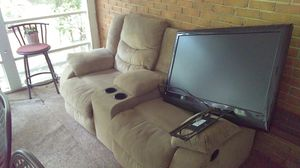 35 bucks recliner love seat with center console and cup holders.. in good shape. Had for couple years for Sale in Charlotte, NC