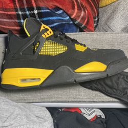 Jordans Black And Yellow for Sale in Peoria,  IL