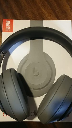 Beats by Dr. Dre Studio3 Wireless Headphones -grey for Sale in Forest Park, IL