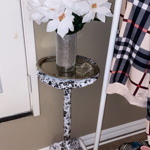 Side Table With Flowers & Vase for Sale in Hacienda Heights, CA