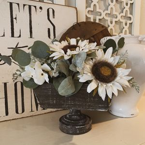 Farmhouse Floral Arrangement in Vase Neutral Colors Flowers Plants LIKE NEW for Sale in Sherwood, OR