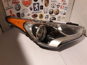 2012-2017 Hyundai Veloster Turbo Headlight Passenger Right RH Halogen OEM #92102-2V030 For parts. for Sale in Lawndale, CA