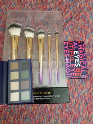 New makeup brushes and palette for Sale in Gibsonton, FL