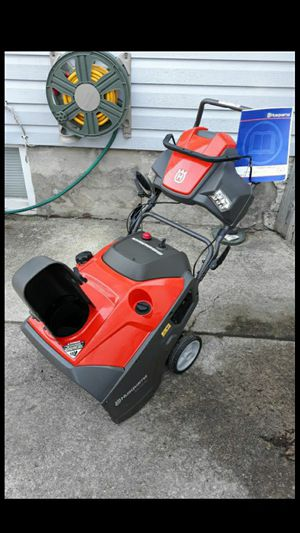 "Husqvarna ST121E 21"" Inch 4-Cycle Snowblower W/Electric Start Remote Chute Control And LED Lights for Sale in Aurora, IL"