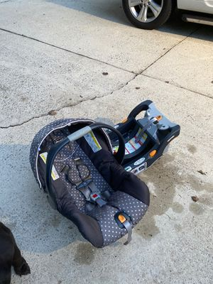 Chicco infant car seat gray polka dot with 2 bases for Sale in Simpsonville, SC