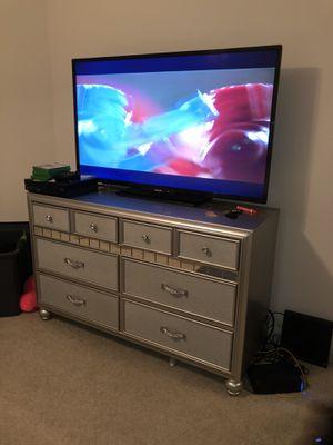 Tv and Dresser for Sale in Atlanta, GA