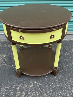 Round desk table dresser stand for Sale in Fullerton,  CA